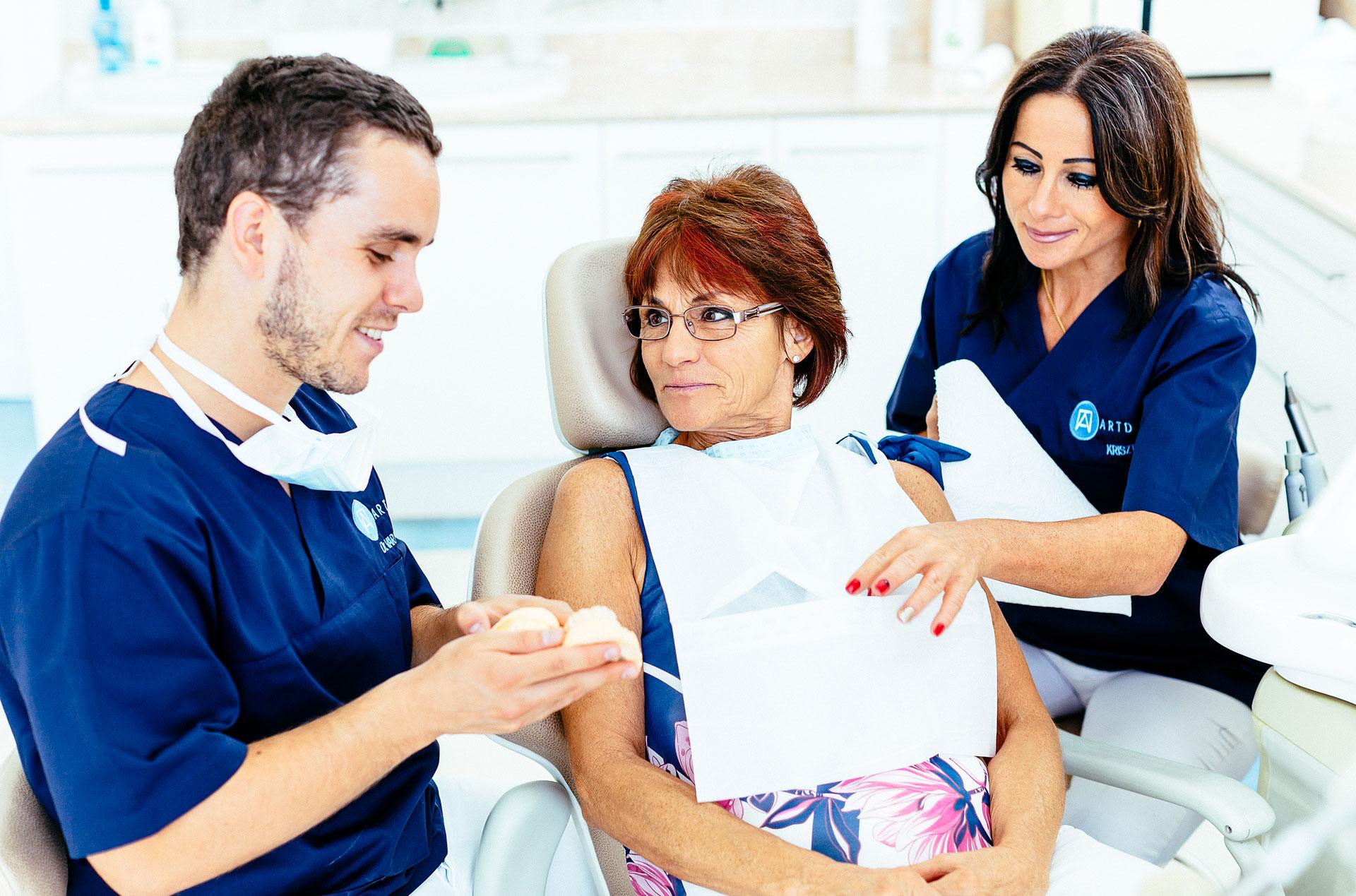 Dr. Varajti Artúr fogorvos, szájsebész a fogbeültetés menetét mondja el a páciensnek a budapesti fogászati klinikán.