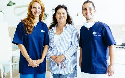 Dr. Varajti Artúr szájsebész áll a pácienssel és az asszisztenssel a budapesti fogászati rendelőben.