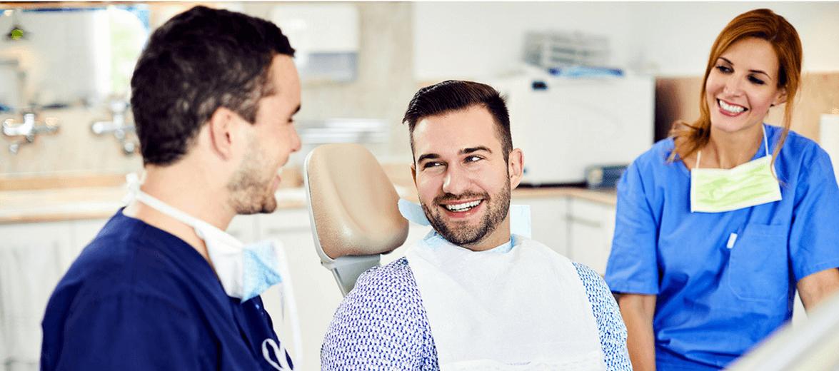 Az Artdent budapesti fogászaton Dr. Varajti Artúr és páciense konzultál ultrahangos fogkőeltávolítás után.