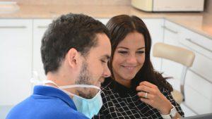 Dr. Varajti Artúr szájsebész konzultál a pácienssel a budapesti fogszátai és szájsebészeti rendelőben.