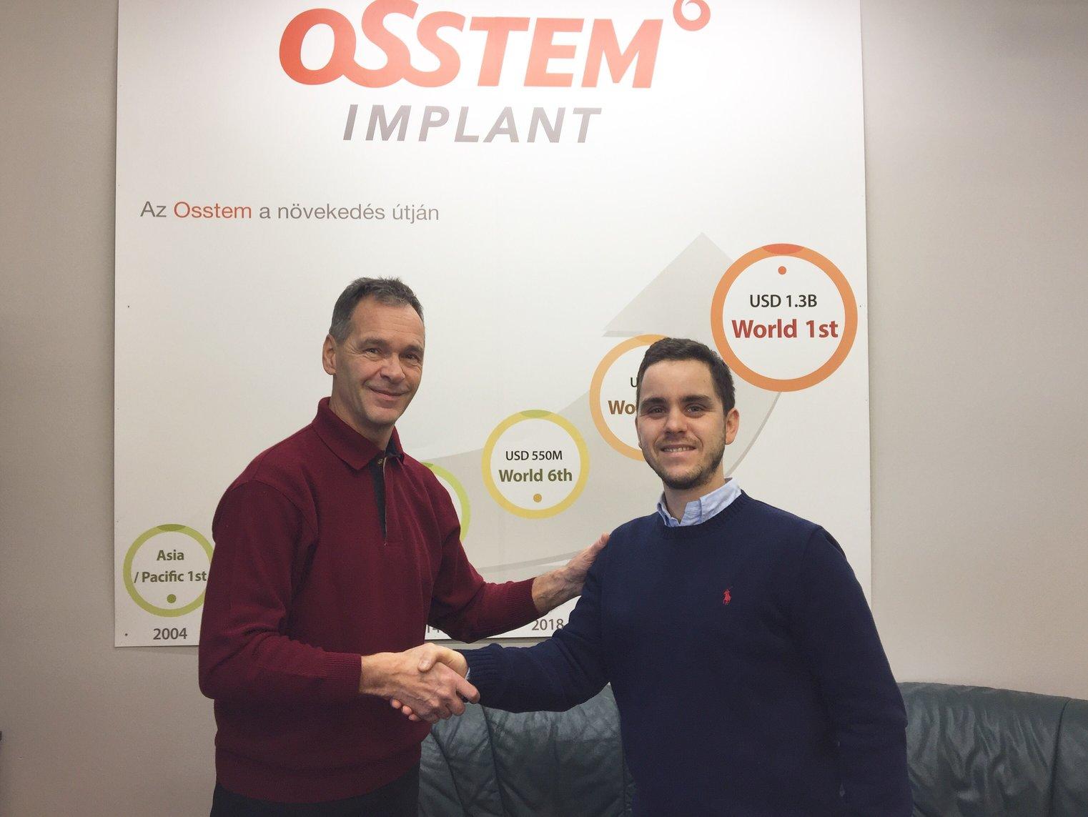 Dr. Varajti Artúr az Artdent Fogászat fogorvosa, szájsebésze kezet fog Lutter Ervinnel, a MERFOL ügyvezető igazgatójával.