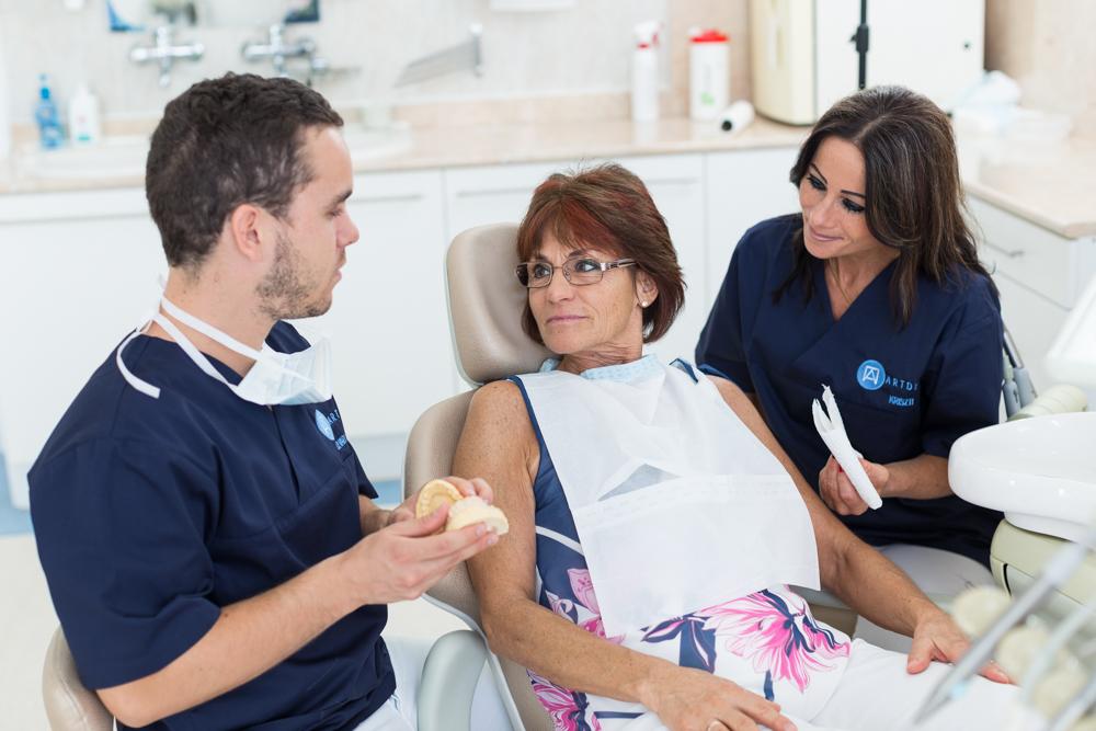 Dr. Varajti Artúr fogorvos, szájsebész konzultál a pácienssel a paradontológiai kezelés előtt.
