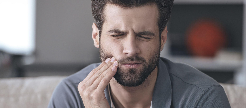 Férfinek fáj a foga, mert ciszta van a fogában.