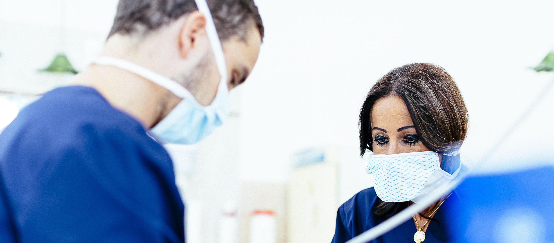 Dr. Varajti Artúr fogorvos, szájsebész gyökérkezelés közben, mely segítségével elkerülhető vagy megszüntethető az elviselhetetlen fogfájás.