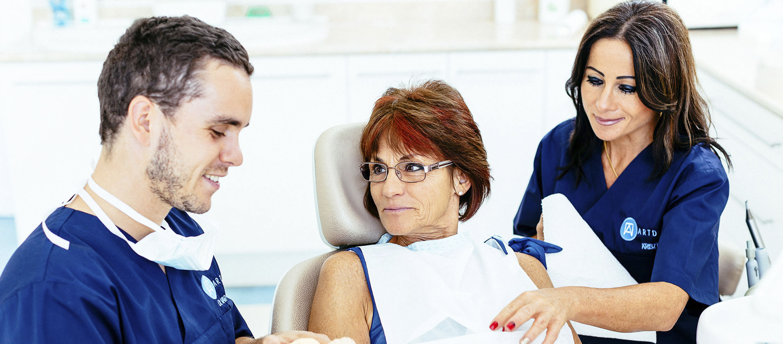 Fog implantátum beültetés előtt Dr. Varajti Artúr szájsebész és páciense beszélget.