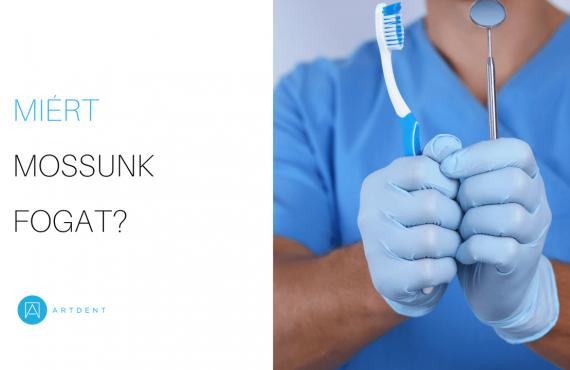 Dr. Varajti Artúr fogorvos, szájsebész jobb kezében egy fogkefét, bal kezében pedig egy fogászati tükröt tart.