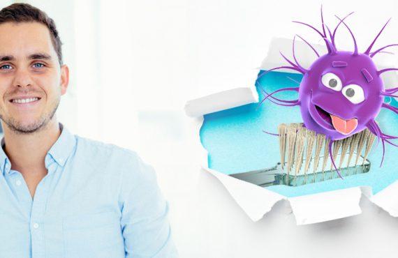 Dr. Varajti Artúr mellett egy fogkefe, rajta egy baktérium.