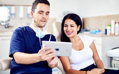 Dr. Varajti Artúr fogorvos és páciense bölcsességfog eltávolítás elött konzultál budapesti fogászati rendelőben.