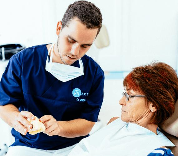 Kivehető implantációs fogsor teljes fogatlanság esetén
