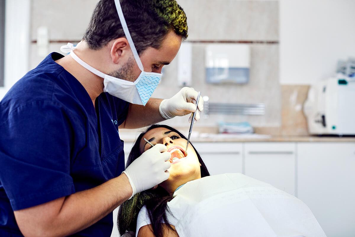 Dr. Varajti Artúr fogorvos fogpótlás közben a budapesti fogászati rendelőben.