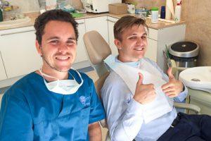 Dr. Varajti Artúr és páciense a bölcsességfog eltávolítás után a budapesti fogászati és szájsebészeti rendelőben.