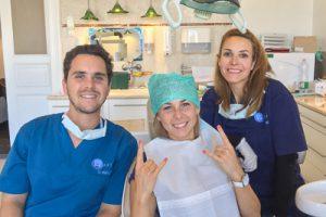 Dr. Varajti Artúr, fogászai asszisztense és páciense a bölcsességfog eltávolítás után mosolyognak.