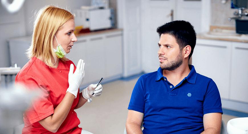 Dr. Friedreich Dóra, az Artdent fogszabályozó szakorvosa a fogszabályozás előtt konzultál a pácienssel a budapesti fogorvosi rendelőben.