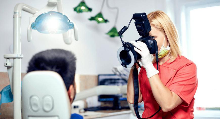 Dr. Friedreich Dóra, az Artdent fogszabályozó szakorvosa fotódokumentációt végez a fogszabályozást megelőző konzultáción.