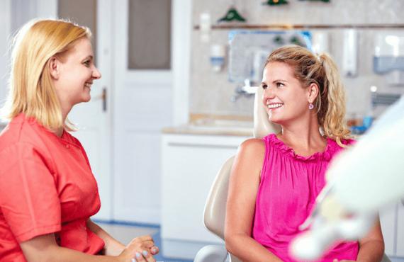 A budapesti fogorvosi rendelőben a páciens és Dr. Friedreich Dóra, az Artdent fogszabályozó szakorvosa egymásra néz és mosolyog. A fiatal hölgy egy fogszabályozás előtti konzultáción beszélgetnek mire kell odafigyelni a fogszabályozás alatt.