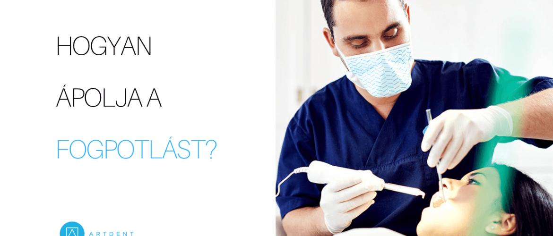 A kép jobb oldalán Dr. Varajti Artúr fogorvos, szájsebész bemutatja a páciensnek a fogpótlás ápolásának helyes lépéseit. A bal oldalon a cikk címe: a fogpótlás ápolása.