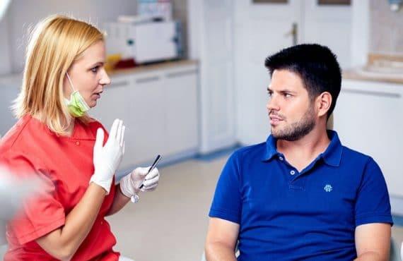 Fogszabályozás Budapest I Dr. Friedreich Dóra, az Artdent fogszabályozó szakorvosa és páciense konzultál.