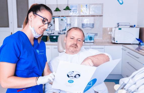 Dr. Ökrös Petra fogkrém választás tippeket ad a páciensnek.