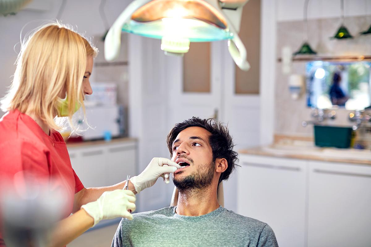 Dr. Friedreich Dóra fogszabályozó kezelés közben.