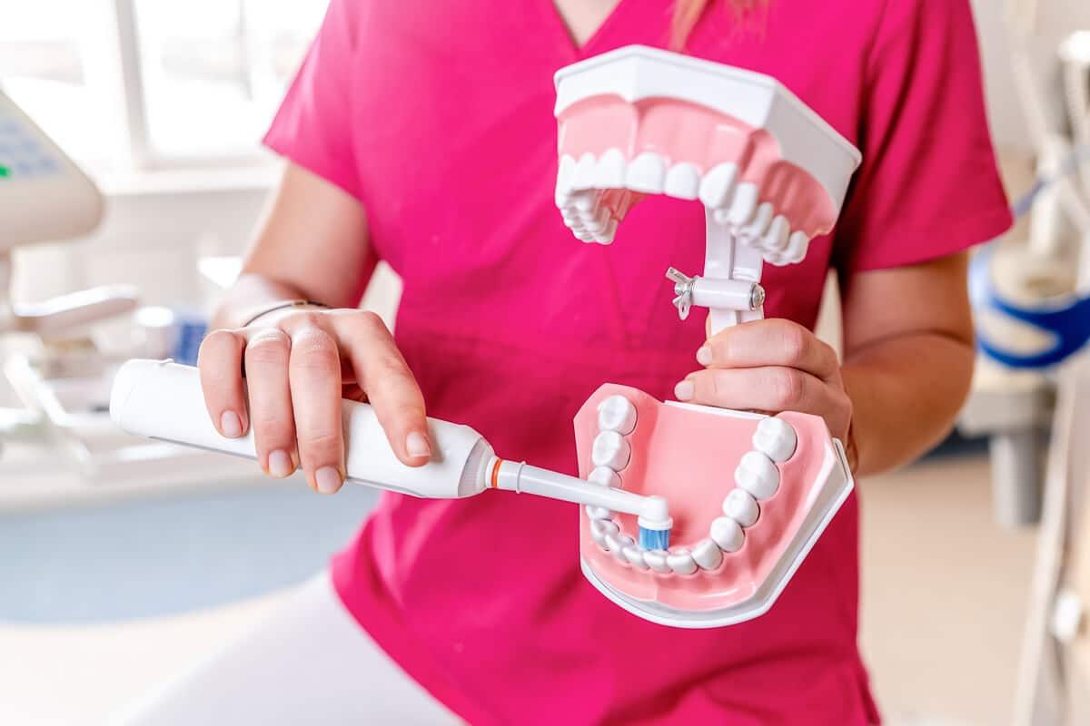 A budapesti fogászaton Dr. Ökrös Petra megmutatja, hogyan mossuk meg a fogak belső felszínét.