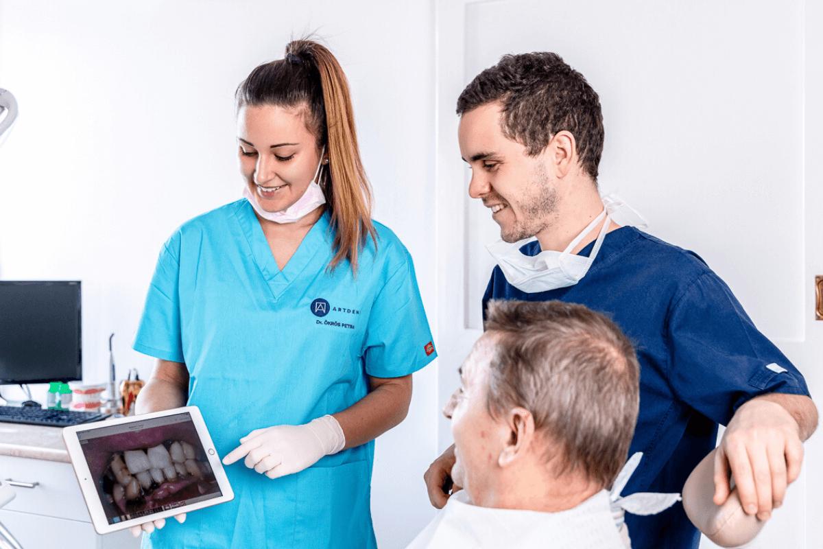 Fogászat Budapest - Dr. Varajti Artúr és Dr. Ökrös Petra konzultál a pácienssel a budapesti fogászati rendelőben.
