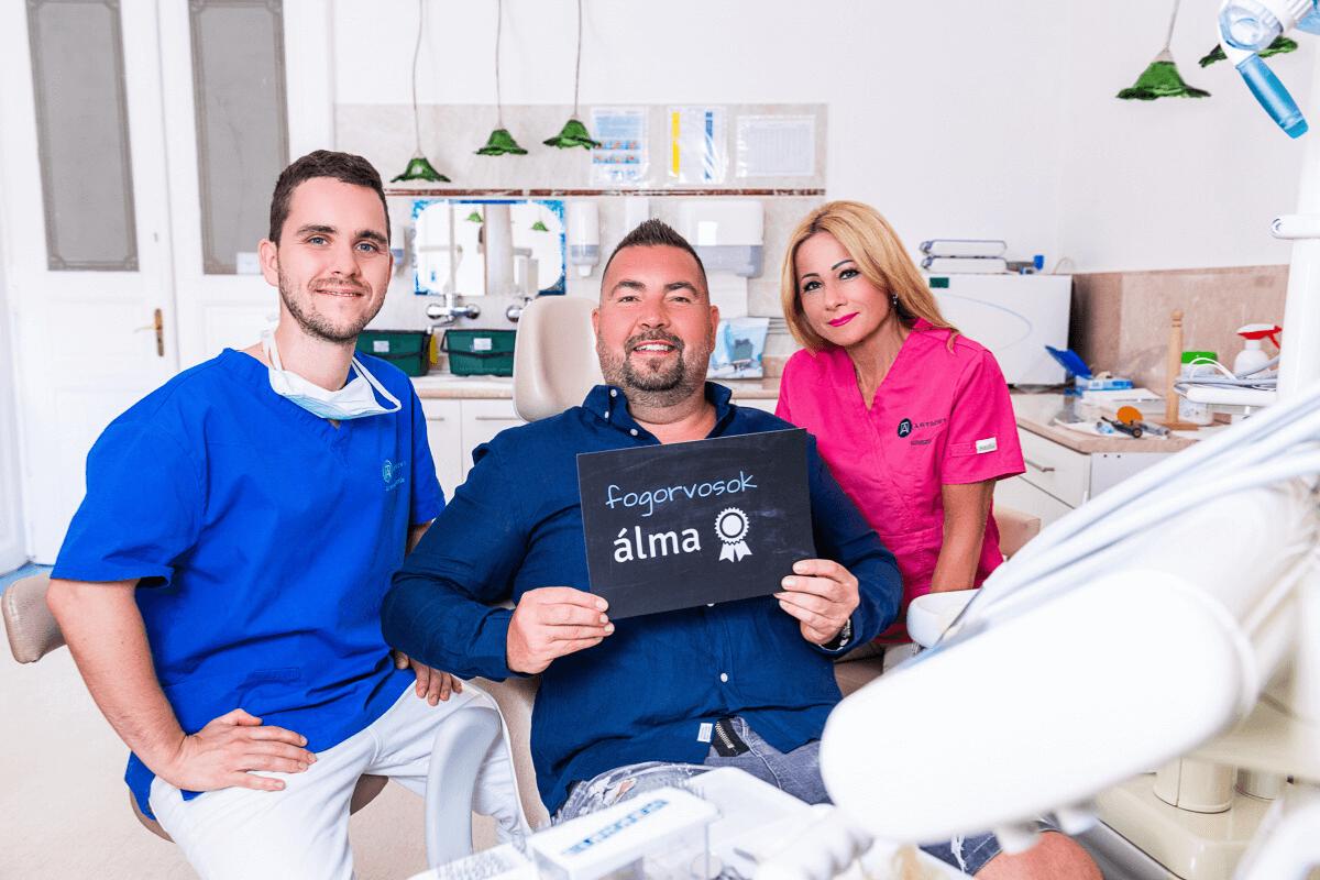Dr. Varajti Artúr, az asszisztens és páciens mosolyog a kezelés után.