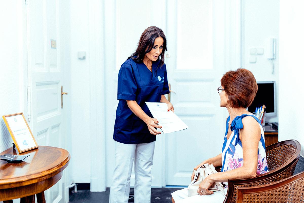 Az Artdent asszisztense konzultál a pácienssel.