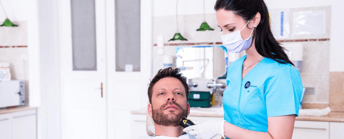 Az Artdent fogászat asszisztense Safe laser kezelés közben.