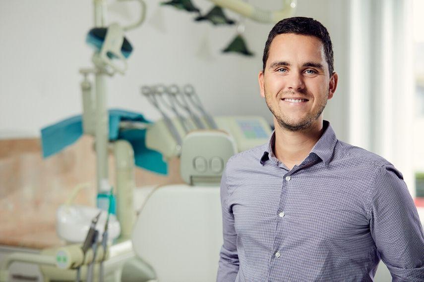Dr. Varajti Artúr az Artdent Fogászat és Szájsebészet fogorvosa és szájsebésze.