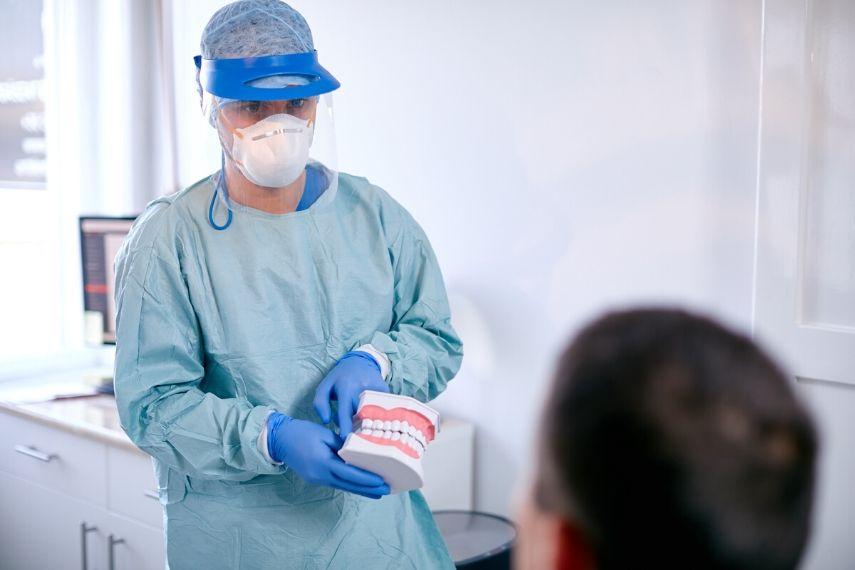 Gyökérkezelés előtti konzultáción Dr. Varajti Artúr és páciense.