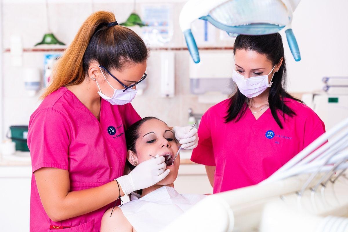 Ajakherpesz kezelése előtti szájüregi szűrővizsgálat közben.
