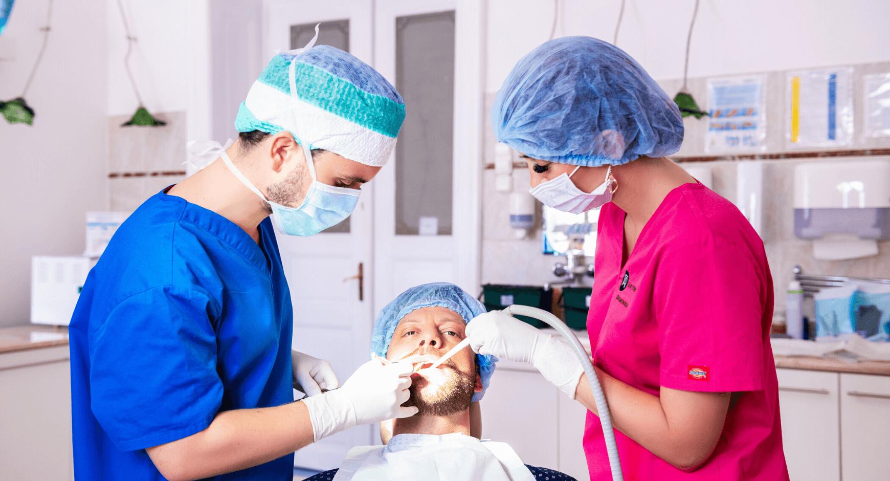 Ajakherpesz kezelése közben Dr. Varajti Artúr és páciense.