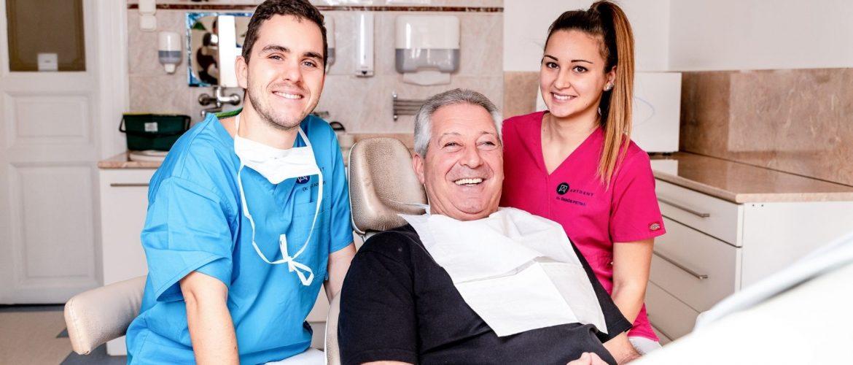 Fogimplantátum műtét után Dr. Varajti Artúr és páciense mosolyog a budapesti fogászati rendelőben.