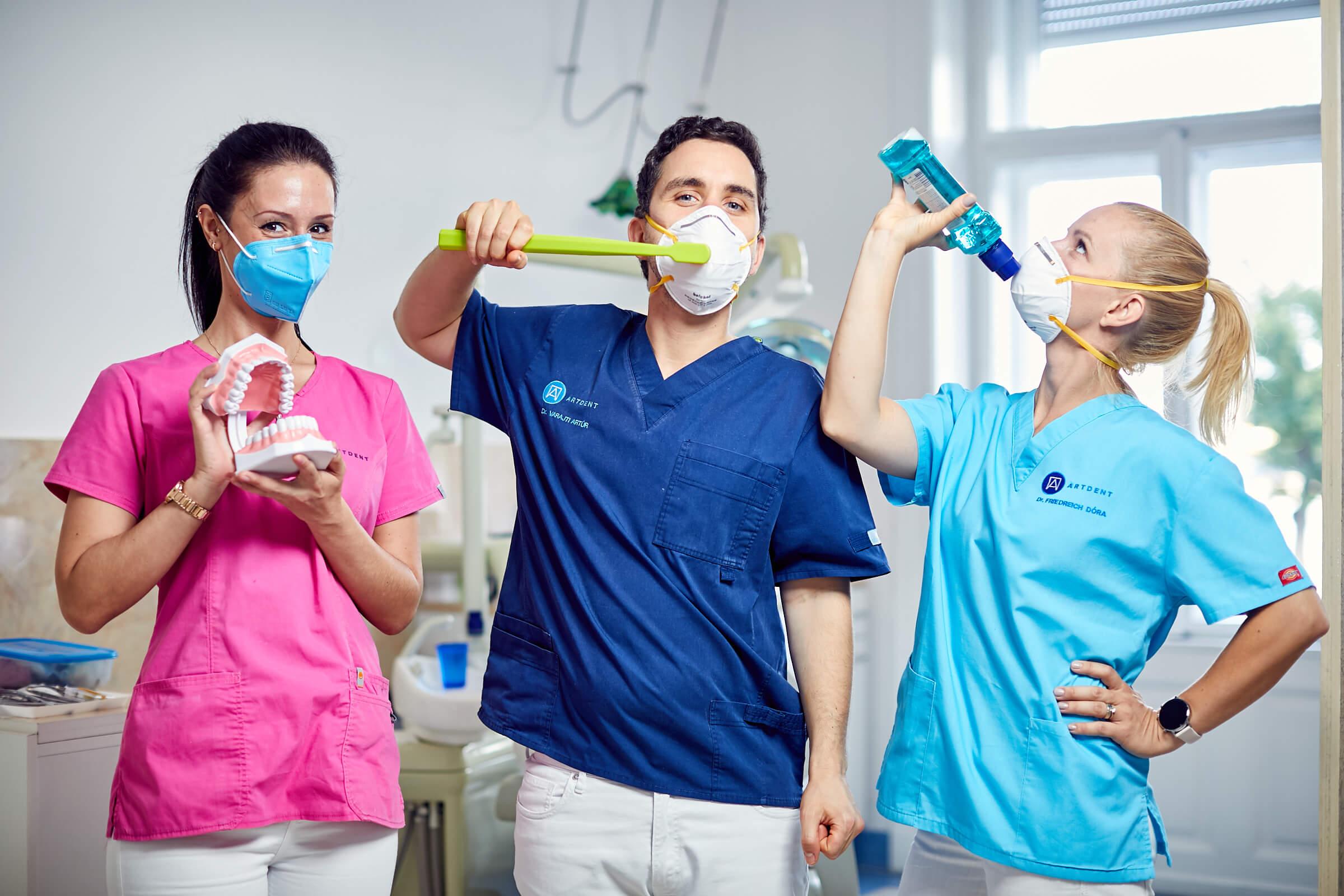 Dr. Varajti Artús és kollégái eszközöket mutatnak a fogínyvérzés megszüntetésére.